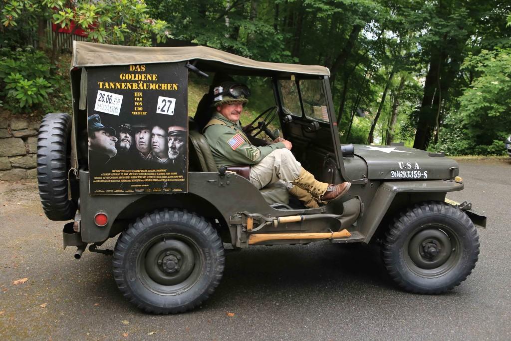 Mit diesem US-Jeep von Klaus Walther wurde unser Ehrengast Walter Niklaus vom Hotel   Ratskeller zum Naturtheater gefahren. Gleichzeitig wurde so auch noch etwas Reklame für   unsere Premiere gemacht.